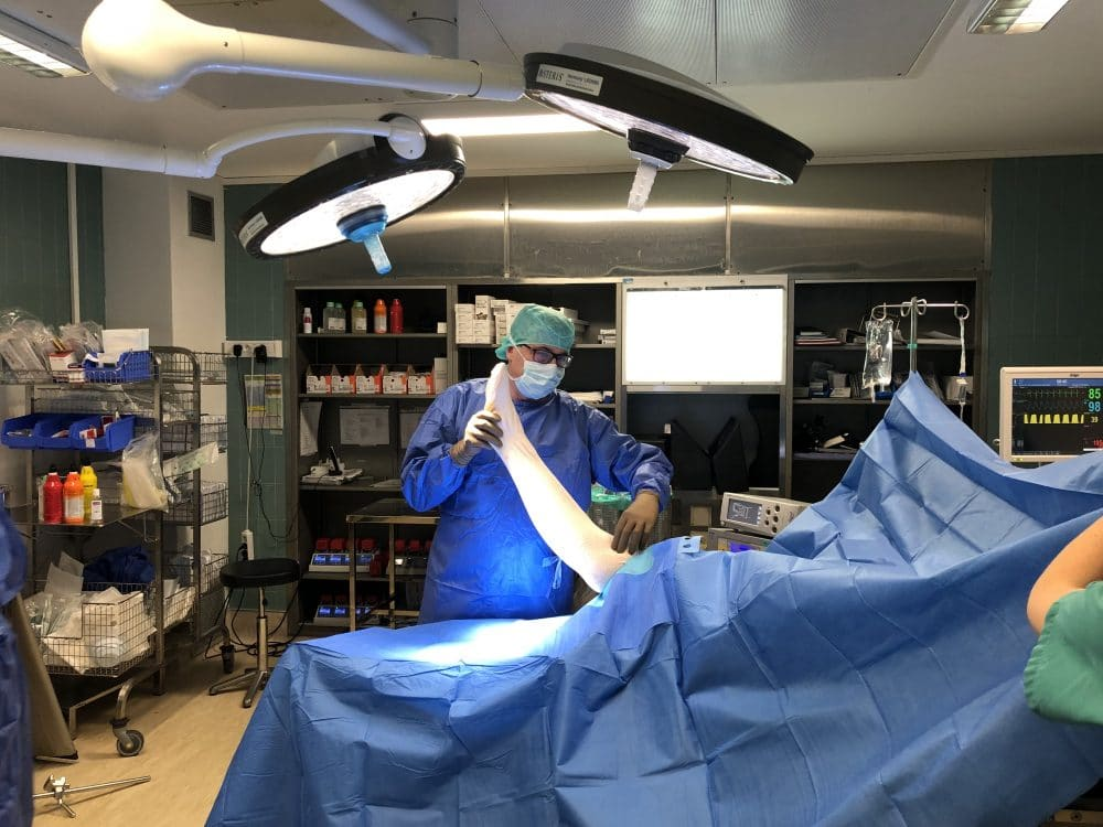 Le Dr Patrice Halimi en salle de bloc opératoire